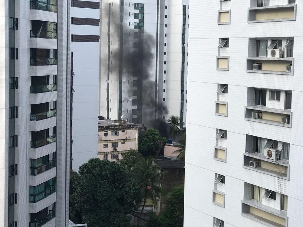 Incêndio ocorreu no bairro da Encruzilhada, na Zona Norte do Recife (Foto: Kyzzy Siqueira/TV Globo)