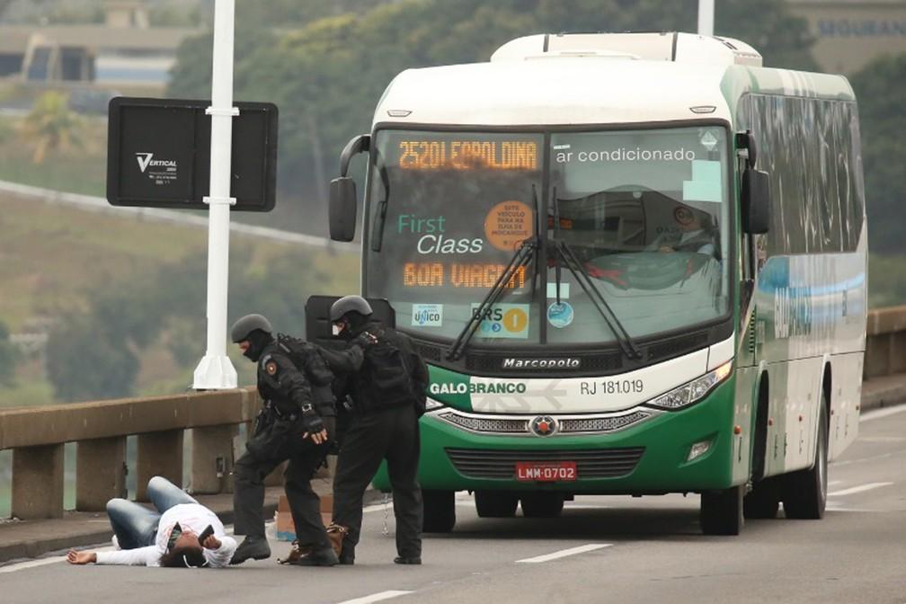 William cai atingido por sniper — Foto: Fabiano Rocha/ Agência O Globo