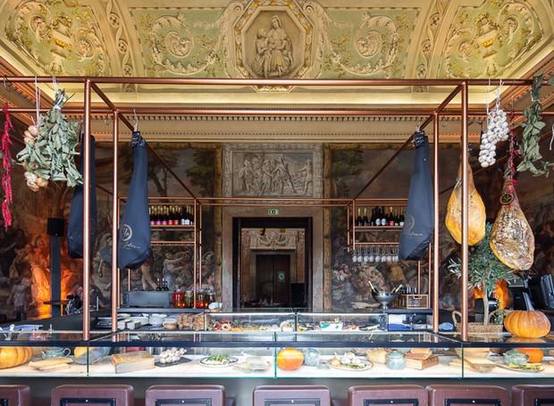 Os frios e entradas ficam expostos em um bar moderno (Foto: Alexander Bogorodskiy/ Designboom/ Reprodução)