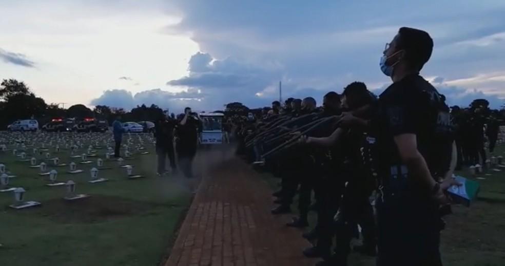 Salva de tiros de policiais penais em enterro de agente morto por Covid-19 — Foto: TV Globo/Reprodução