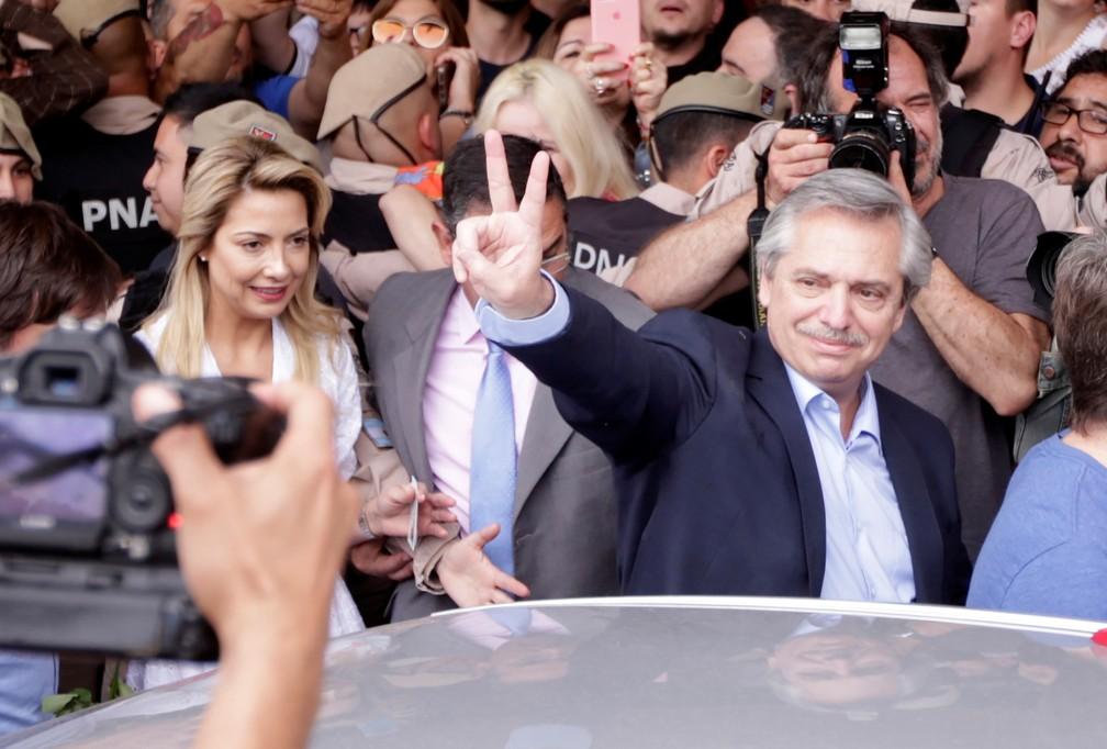 Alberto Fernández ao ir votar neste domingo (27) em Buenos Aires — Foto: Reuters/Ricardo Moraes