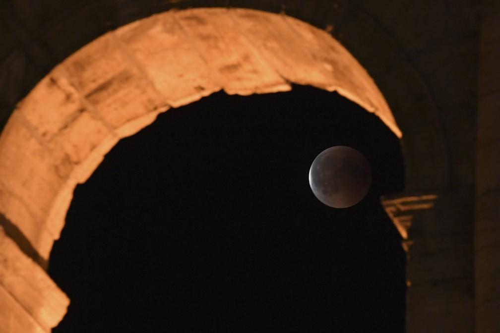 Em Roma na Itália, vão do Coliseu vira moldura para o eclipse (Foto: Tiziana Fabi/AFP)