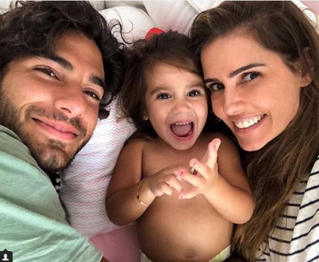 Deborah Secco, Hugo Moura e Maria Flor (Foto: Reprodução/Instagram)