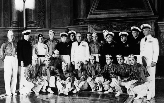 O ditador Benito Mussolini (ao centro) durante encontro com os jogadores italianos na Copa de 1934 (Foto: STAFF/AFP)