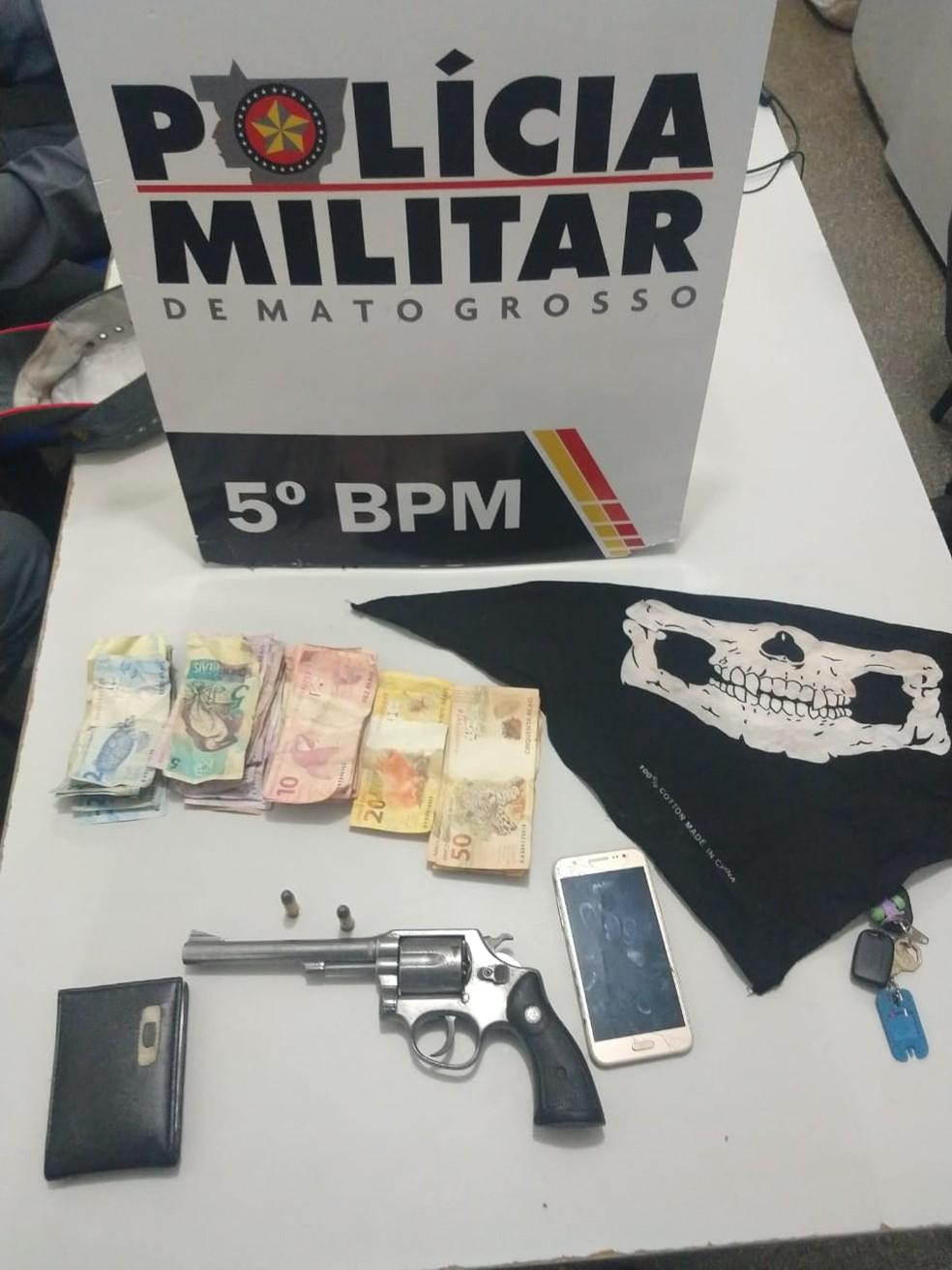 Dinheiro, arma e acessórios usados pelos assaltantes — Foto: Polícia Militar de Mato Grosso/Assessoria