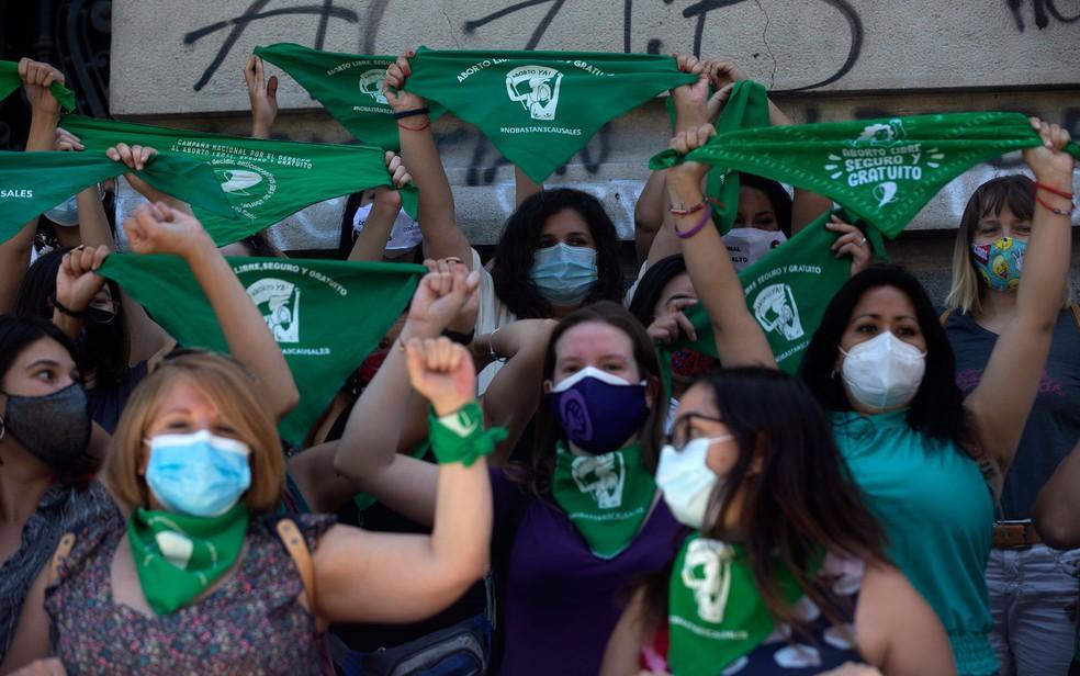 Ativistas a favor do aborto agitam lenços verdes durante manifestação em Santiago, no Chile, na quarta-feira (13) — Foto: Claudio Reyes/AFP