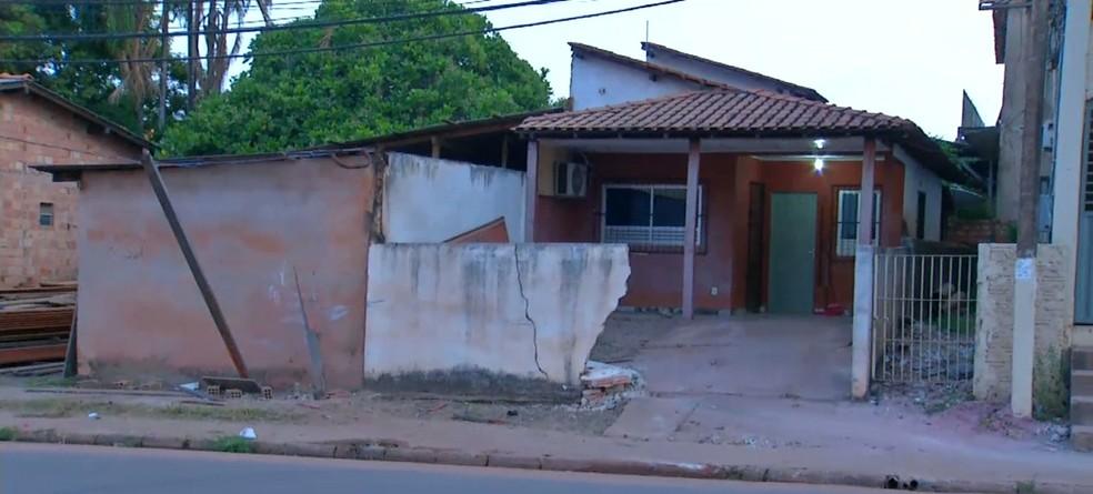 Veículo derrubou muro de residência na avenida Sérgio Henn — Foto: Reprodução/TV Tapajós