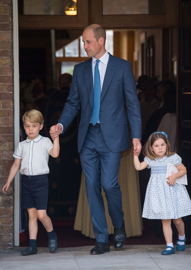 LONDON, ENGLAND - JULY 09: Prince William, Duke of Cambridge with Prince George and Princess Charlotte depart after attending Prince Louis' christening at the Chapel Royal, St James's Palace on July 09, 2018 in London, England. (Photo by Dominic Lipinski  (Foto: Getty Images)