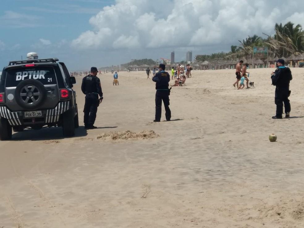Policiais militares fiscalizam areias da Praia do Futuro, em Fortaleza. — Foto: PMCE/Reprodução