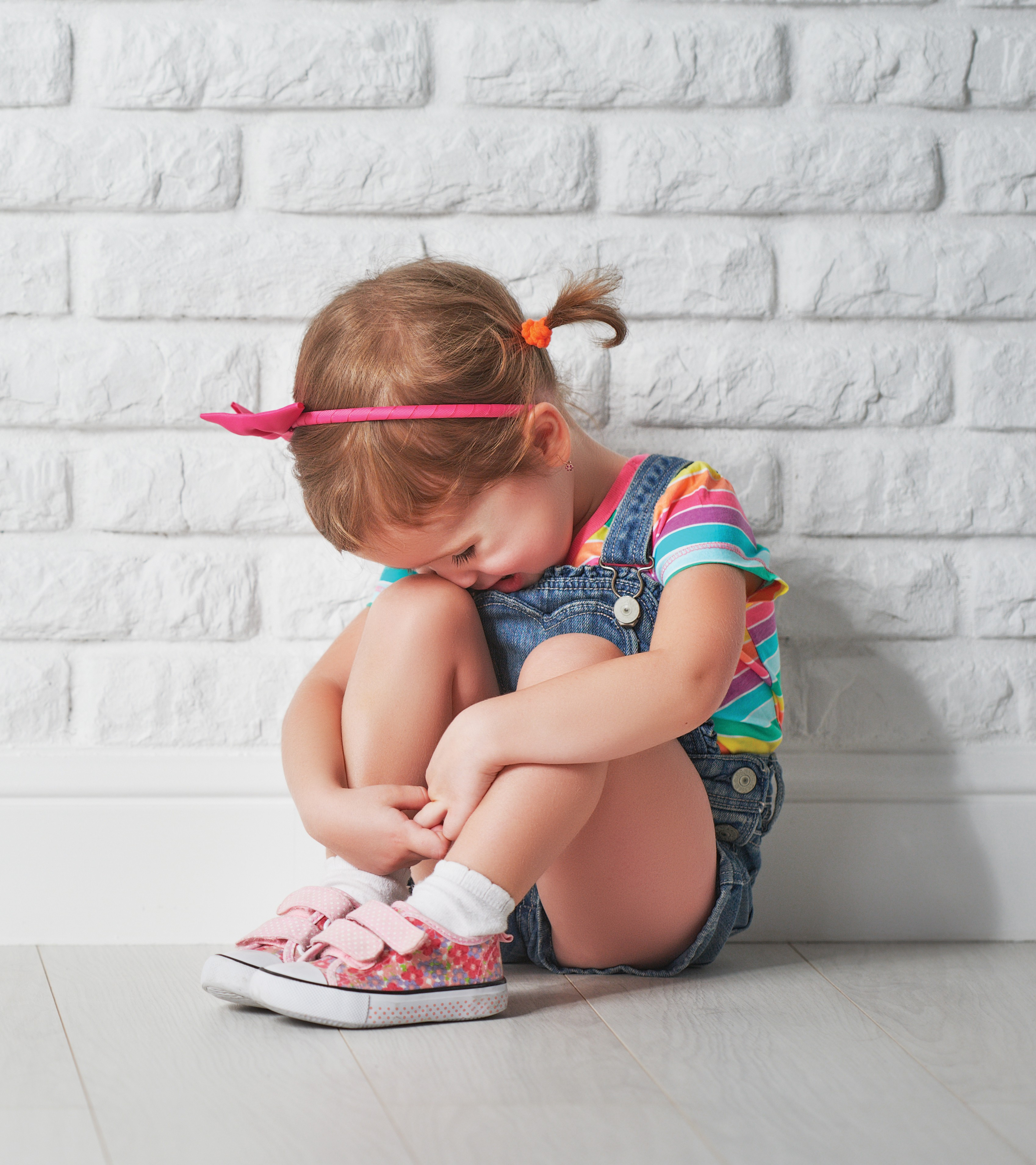 little child girl crying and sad about an empty brick wall (Foto: Getty Images/iStockphoto)