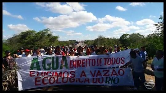 Grupo bloqueia parte da BR-407 para pedir vazão ecológica para rio afetado por seca no norte da Bahia