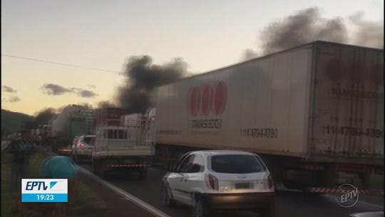 Acidente envolvendo 5 veículos deixa pelo menos um morto na Rodovia Fernão Dias