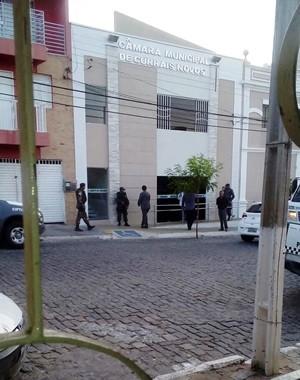 Promotores e oficiais de Justiça cumprem mandados de busca e apreensão na Câmara Municipal de Currais Novos (Foto: PM/Divulgação)