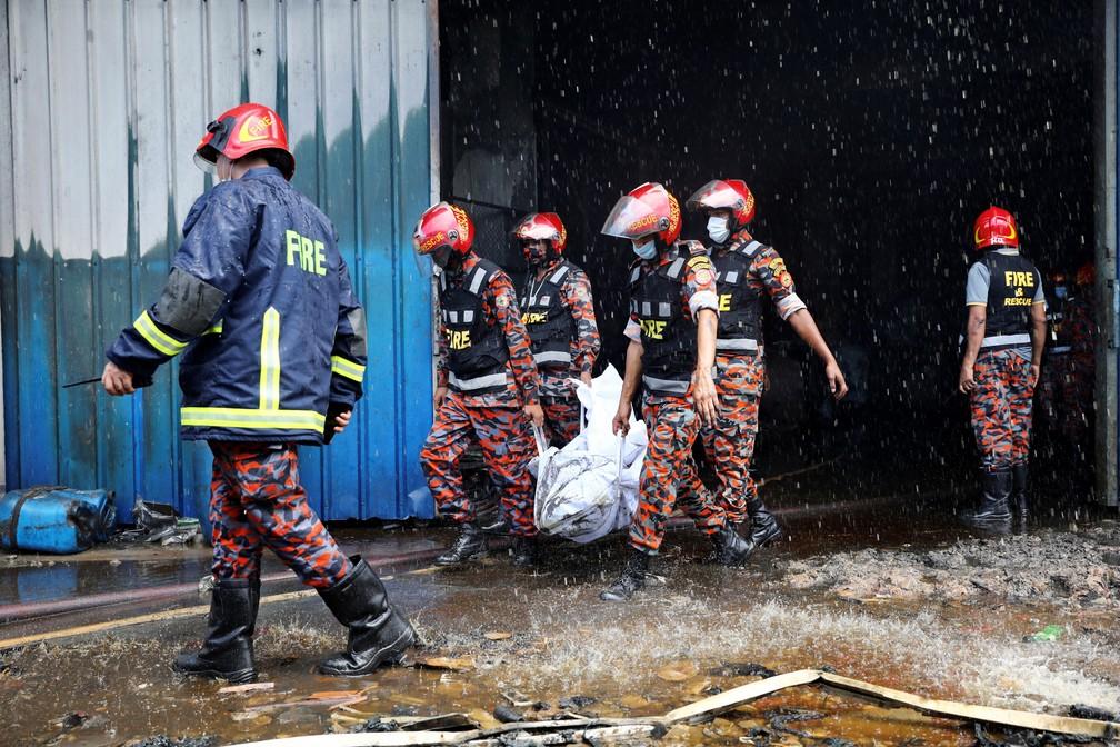 Equipes de resgate carregam corpos de vítimas do incêndio em uma fábrica em Rupganj, nos arredores de Daca, em Bangladesh, em 9 de julho de 2021 — Foto: Mohammad Ponir Hossain/Reutes