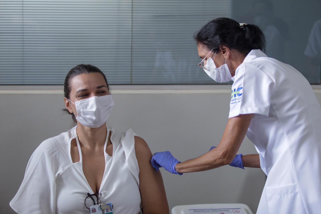 Ribeirão Preto vacinou 4.455 profissionais da saúde contra Covid-19 em uma semana, diz Saúde