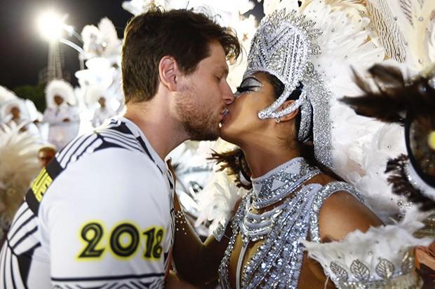 Amanda Djehdian com o noivo, Mateus Hoffmann (Foto: Eduardo Saraiva/ Ed. Globo)
