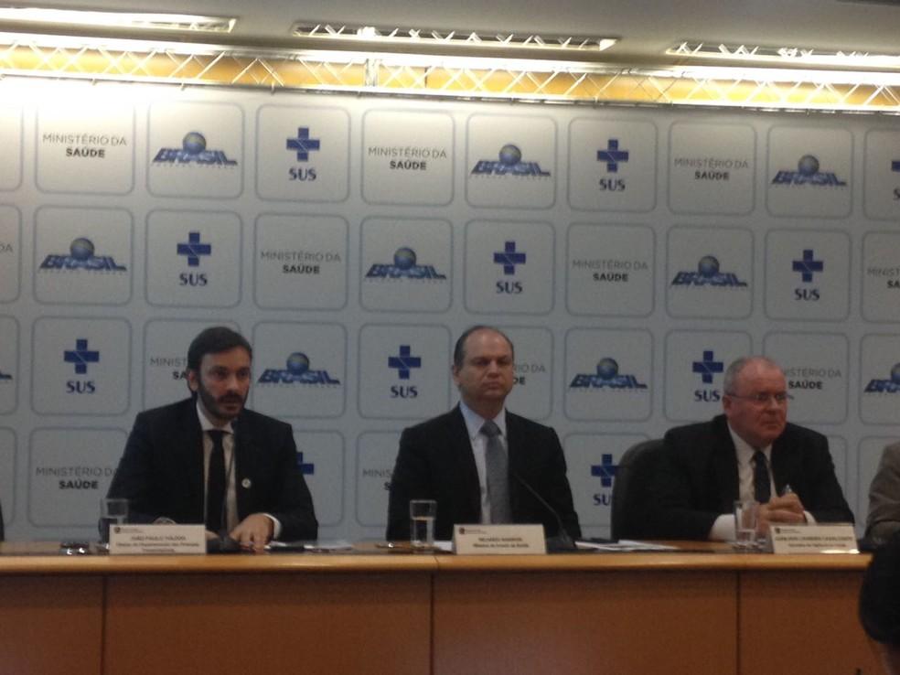 Ministro da Saúde, Ricardo Barros, ao centro, anuncia fim do surto de febre amarela em coletiva de 6 de setembro de 2017. (Foto: Bianca Marinho/G1)