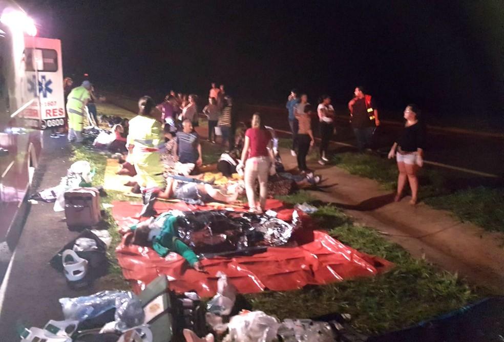 Durante o resgate, passageiros foram separados de acordo com a gravidade dos ferimentos (Foto: Corpo de Bombeiros/Divulgação)