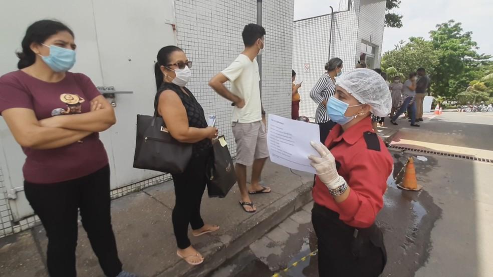 Familiares de pacientes recebem orientações de segurança de hospital sobre regras de acompanhamento. — Foto: Valdejane Brito/Rede Amazônica