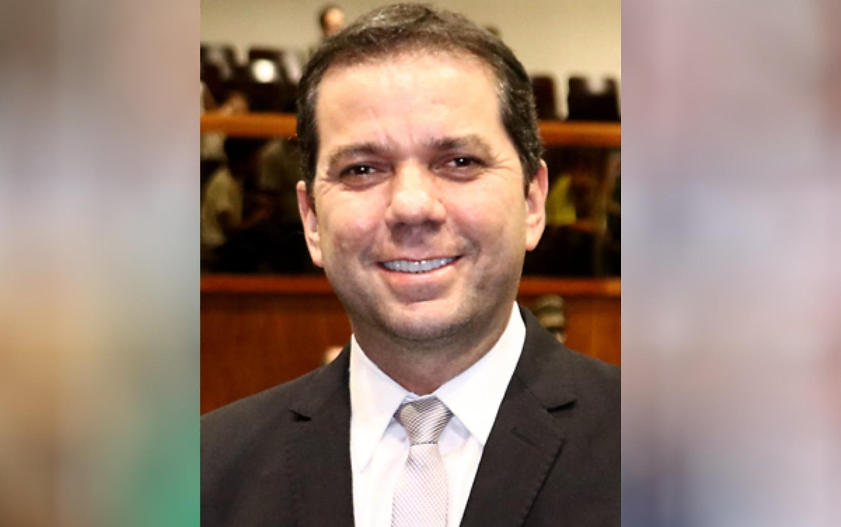 Deputado Alysson Lima é levado a hospital após cair de escada que se quebrou, em Goiânia