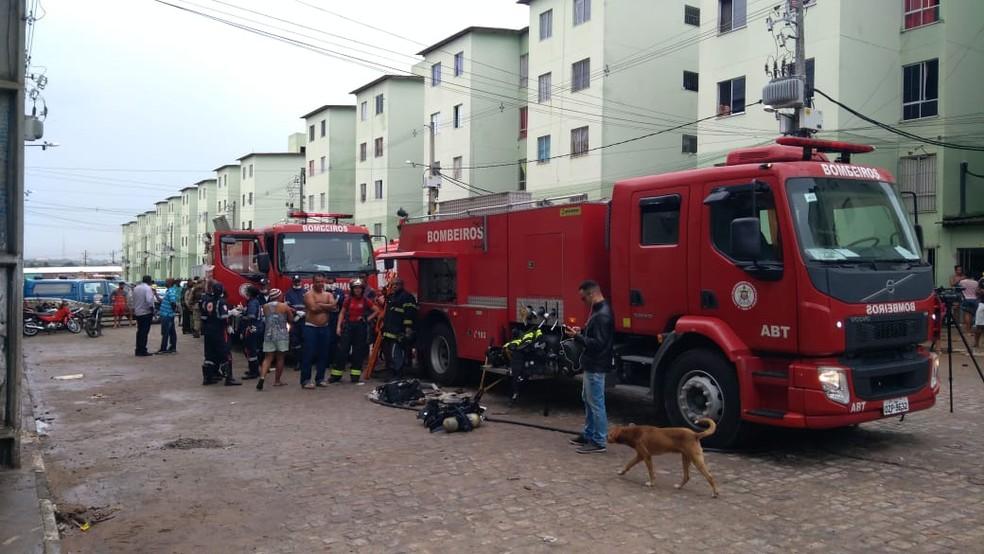 Bombeiros aturam no combate as chamas na madruga desta terça-feira (4) â?? Foto: Bombeiros Militares