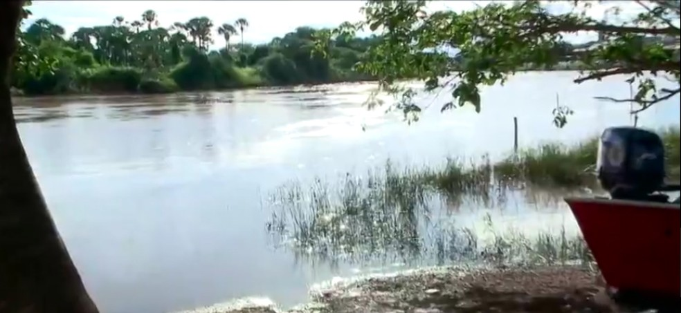 Bombeiros fazem buscas no Rio Igaraçu, em Parnaíba — Foto: Reprodução/TV Clube