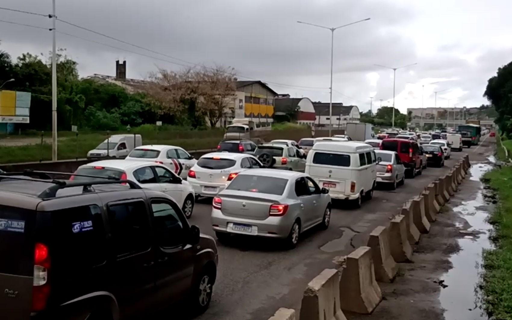 Acidente na BR-324 sentido Salvador deixa ferido e trânsito fica congestionado