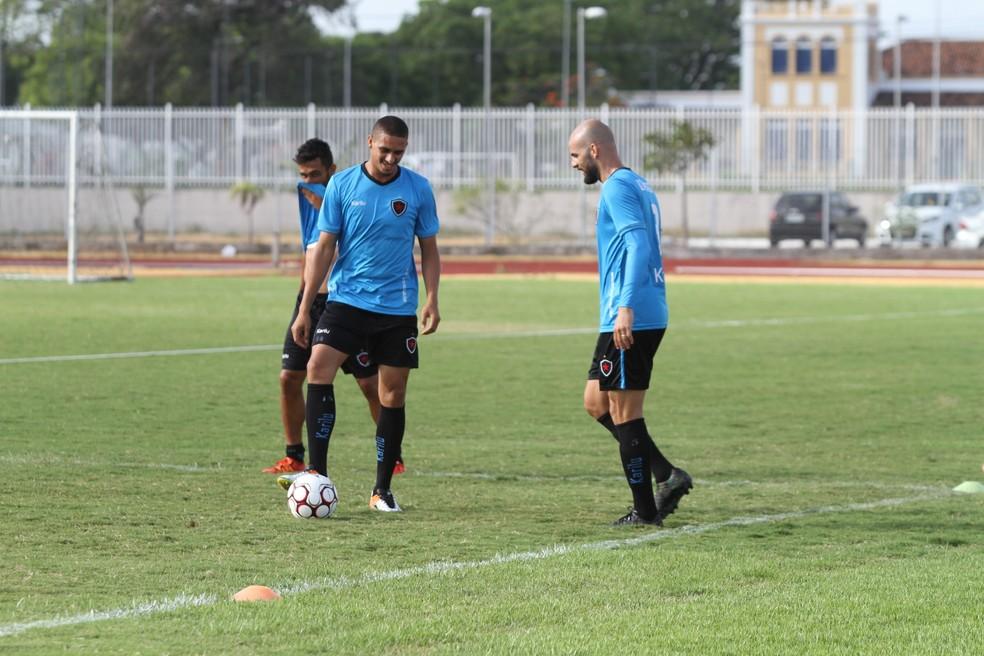 Zagueiro tocantinense Lula (com a bola no pé) defende as cores do Botafogo-PB neste primeiro semestre (Foto: Cisco Nobre/GloboEsporte.com)
