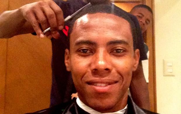 Antes de estrear pelo Flamengo, Elias corta o cabelo na concentração