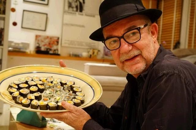 Rudi Lagemann mostra o prato de comida japonesa feita por ele (Foto: Arquivo pessoal)