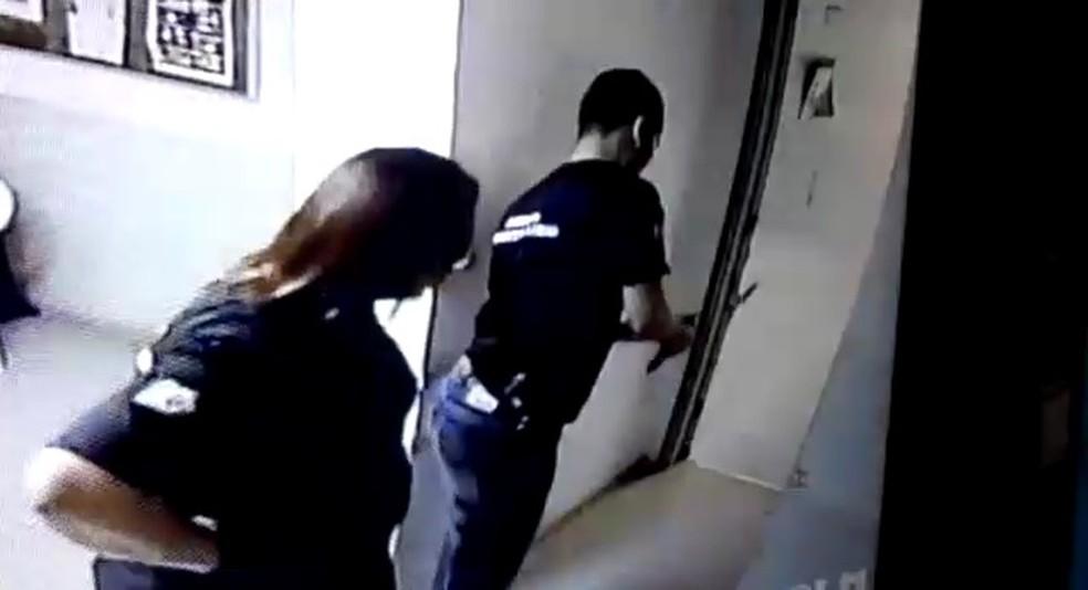 Arma dispara acidentalmente e acerta mão de agente penitenciário durante manuseio dentro de hospital em Fortaleza — Foto: Reprodução