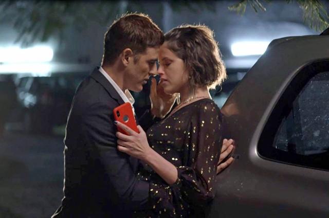 Reynaldo Gianecchini e Agatha Moreira em cena de 'A dona do pedaço' (Foto: Reprodução)