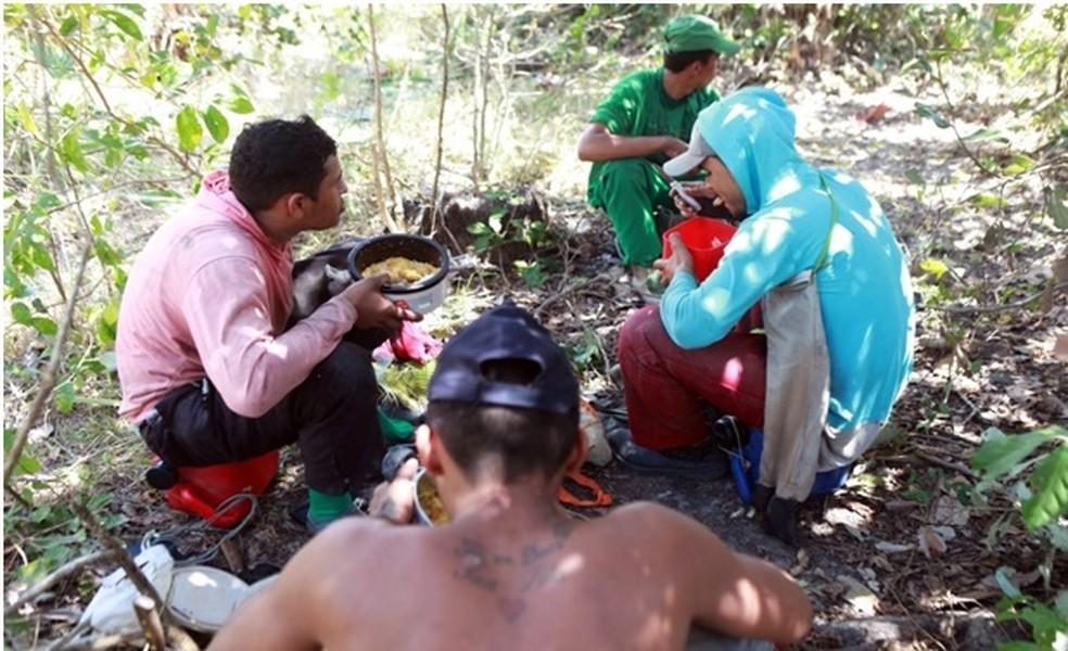 Trabalhadores não tinham local adequado para se alimentar nem acesso a artigos de higiene pessoal (Foto: MTE/Divulgação)