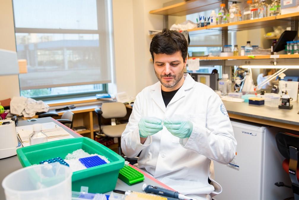 O brasileiro Gabriel Victora, em seu laboratório em Nova York: ele foi um dos 24 ganhadores da bolsa da Fundação MacArthur em 2017, que dá um prêmio de R$ 1,98 milhão (Foto: Divulgação/MacArthur Foundation)