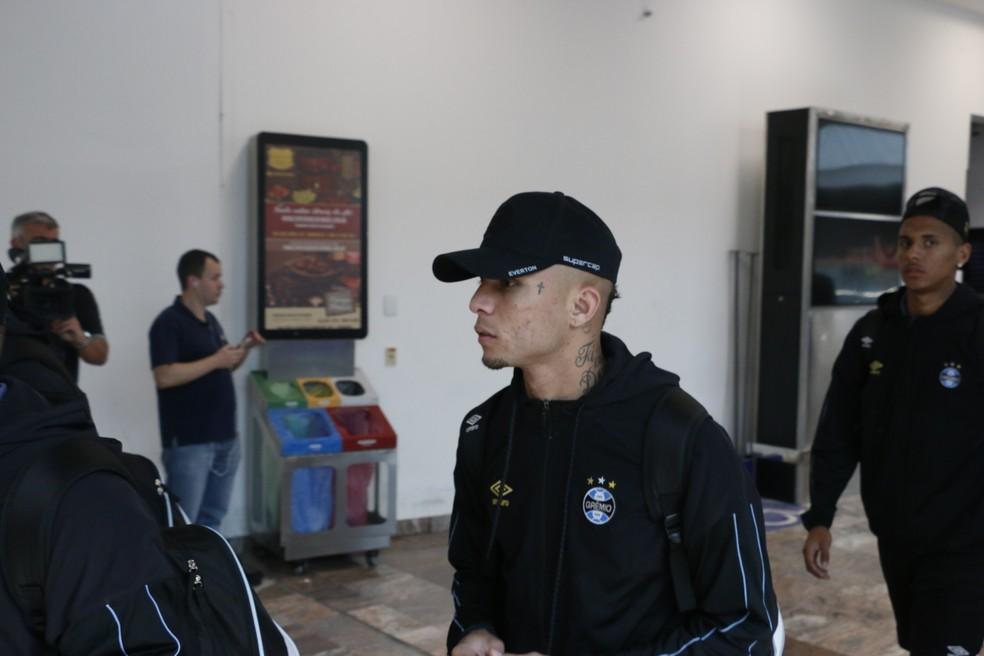 Everton no embarque do Grêmio para São Paulo — Foto: Lucas Bubols