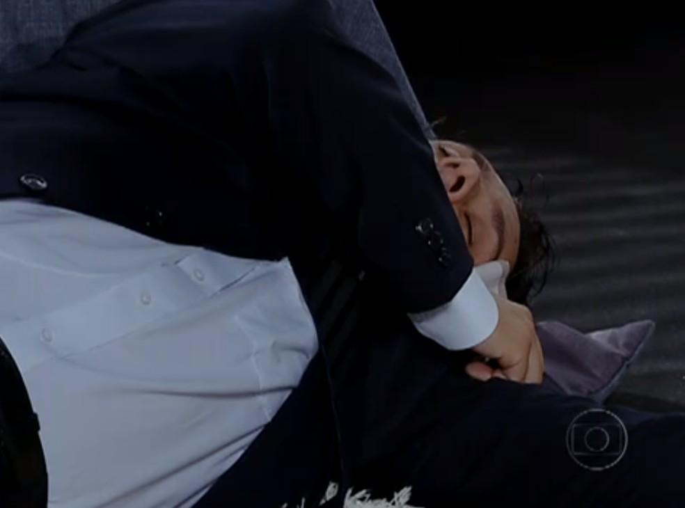 Baltazar não aguenta provocações e cau duro em 'Fina Estampa'  — Foto: TV Globo