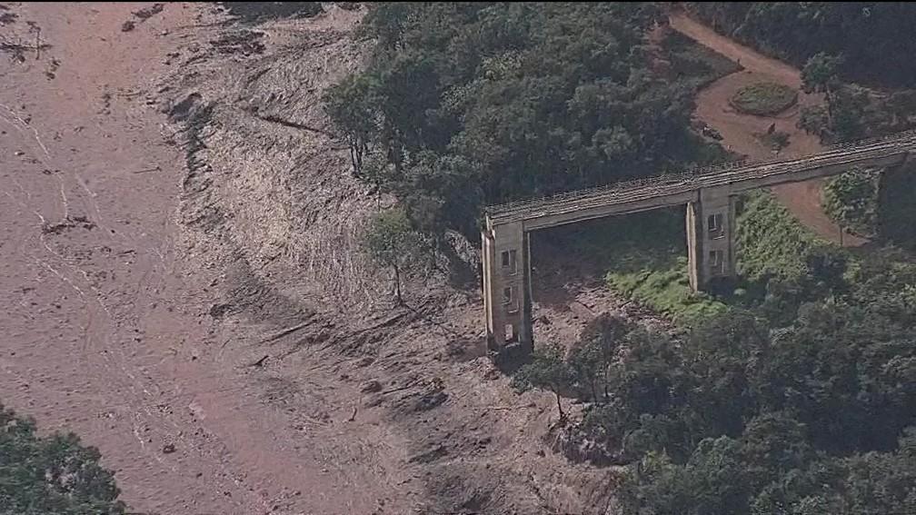 Lama de barragem de rejeitos da Vale destruiu ponte em Brumadinho (MG) — Foto: Reprodução/TV Globo