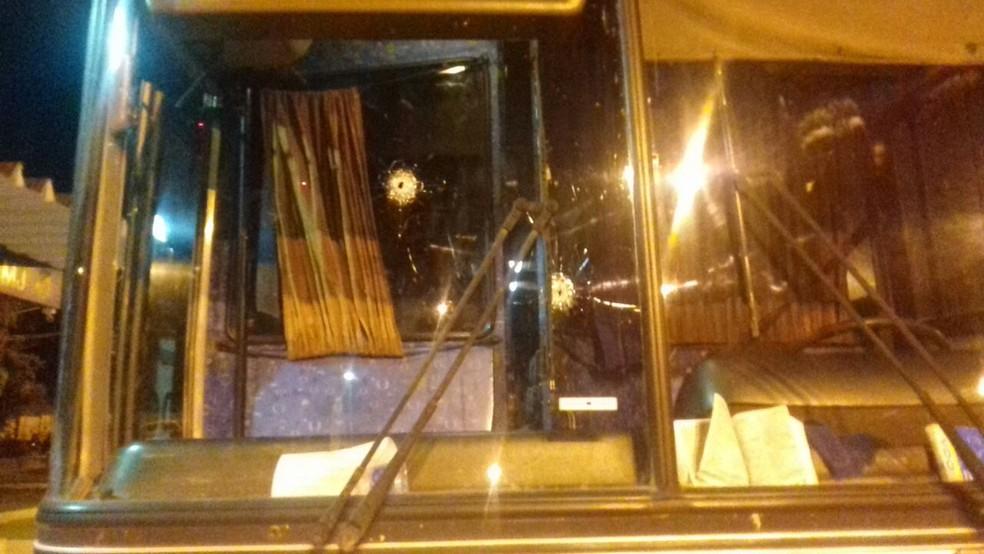 Ladrões atiraram no ônibus para forçar motorista a parar (Foto: Divulgação/PRF)