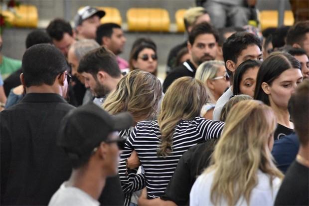 Ana Maria, mãe de Gabriel Diniz, é amparada no velório do cantor (Foto: Felipe Souto Maior / Ed. Globo)