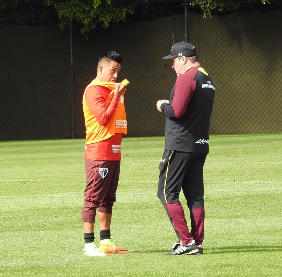 Cueva e Pintado conversam depois do treino do São Paulo (Foto: Marcelo Hazan)