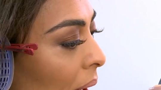 Juliana Paes dá dicas de beleza no camarim do 'Festeja' e brinca: 'Tenho fama de roubar trabalho de maquiador'