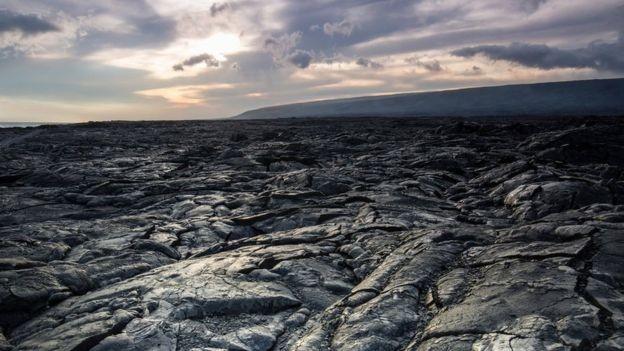 Rocha vulcânica é um terreno difícil para humanos e robôs (Foto: Getty Images via BBC News)