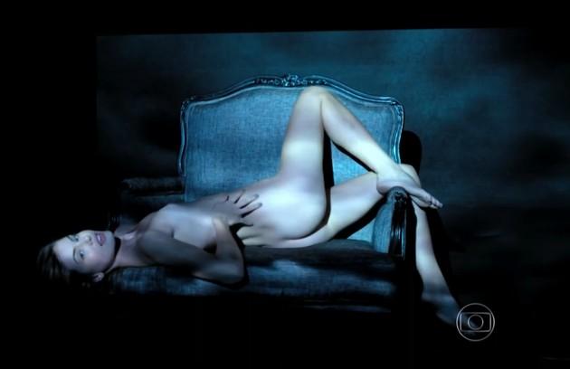 Camila Queiroz teve várias sequências de nudez na história. É que Angel fazia parte do book rosa, das modelos que se prostituem (Foto: Reprodução)