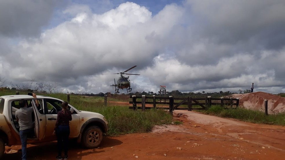 Uma equipe do Ibama faz sobrevoo pelo local para estimar o tamanho do dano ambiental.  — Foto: Luiz Martins/ Rede Amazônica