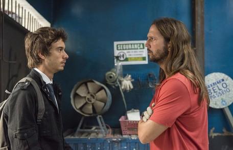 Na sexta (20), Benjamin (Guilherme Hamacek), o filho de Davi (Vladimir Brichta), voltará para o Brasil Camilla Maia/TV Globo