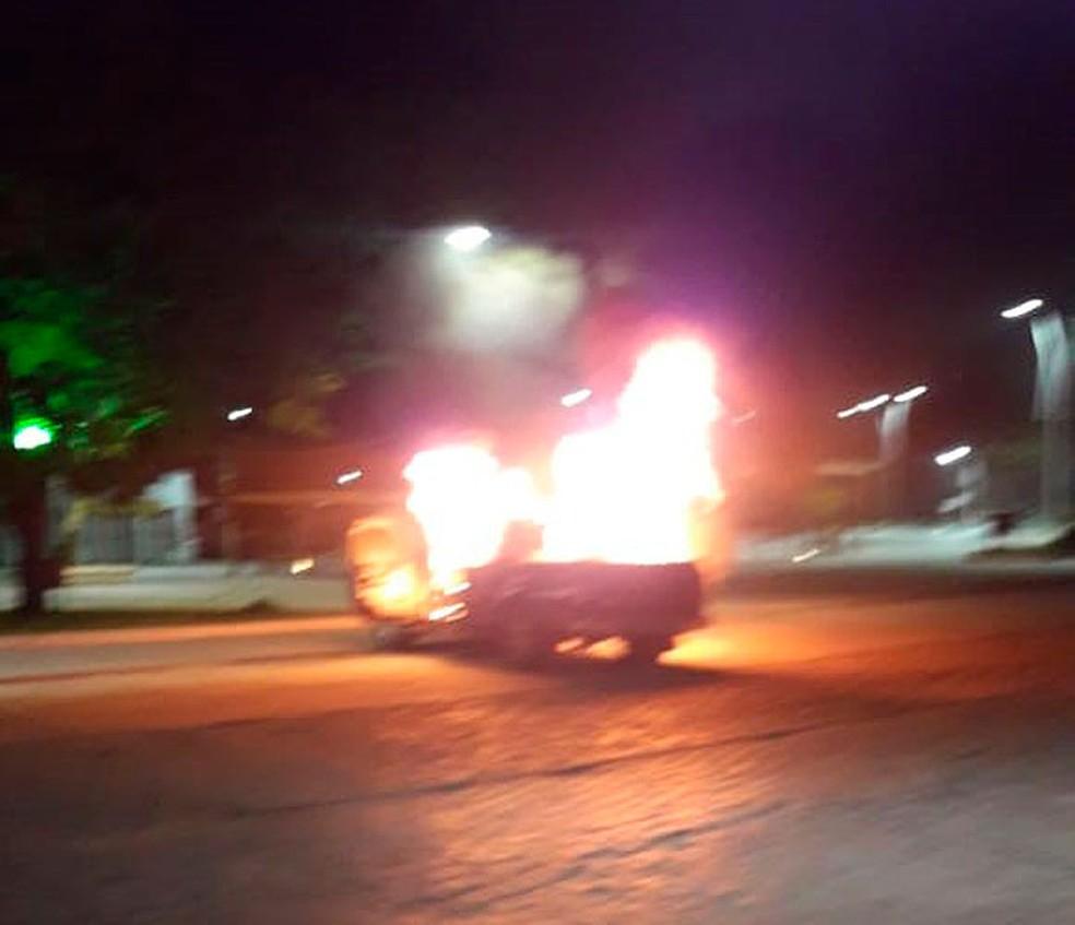 Criminosos coloaram fogo em carros no meio da rua — Foto: Site Bahia10.Com.Br