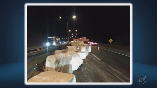 Acidente com caminhão com carga de algodão deixa trecho da Fernão Dias interditado por 2 horas