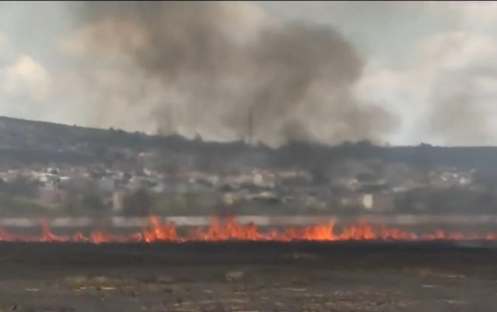 Incêndio atinge área de vegetação do antigo aeroporto de Vitória da Conquista, no sudoeste da Bahia — Foto: Reprodução/TV Sudoeste