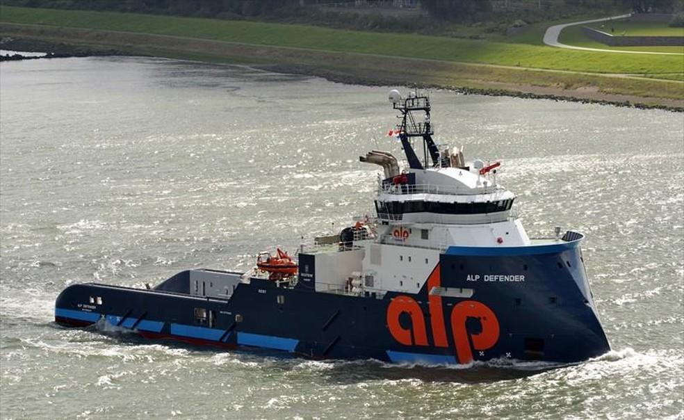 Barco 'Defender' tem bandeira dos Países Baixos e veio da África Central. — Foto: RIA MAAT/Marine Traffic
