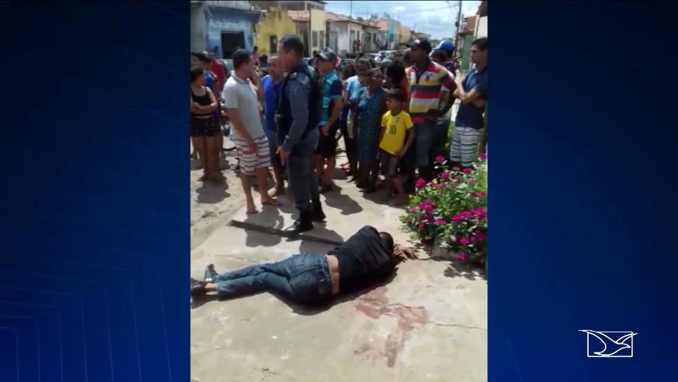 Assaltante ferido ficou à espera do atendimento médico na calçada da casa (Foto: Reprodução / TV Mirante)
